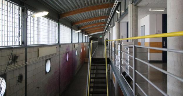 وقتی زندانیان در اتاقهای خود هستند، بسیاری از راهروهای طویل زندان، آرام و خالیاند