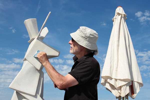 جیمز پرونیر، طراح و مجسمهساز، یکی از یازده نفری که در ساخت خرگوش پاپیه ماشه با لاندریو همکاری میکند