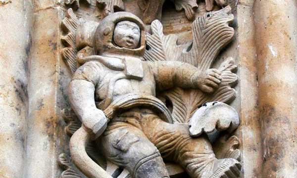 شمایل عجیبی که گفته میشود که در ورودی کلیسای جامع، سالامانکا، اسپانیا قرار دارد، شاید در نگاه اول بسیاری این مجسمه را به فردی با لباس فضانوردی شبیه بدانند، اما در واقع هدف مجسمهسازان باستانی از ساخت این شمایل عجیب چه بود؟ آیا تجلیل از یکی از خدایگان فضایی؟
