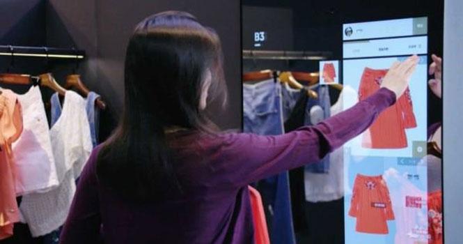 فروشگاه علی بابا از یک آینه هوشمند برای پیشنهاد لباس به مشتریان استفاده می کند