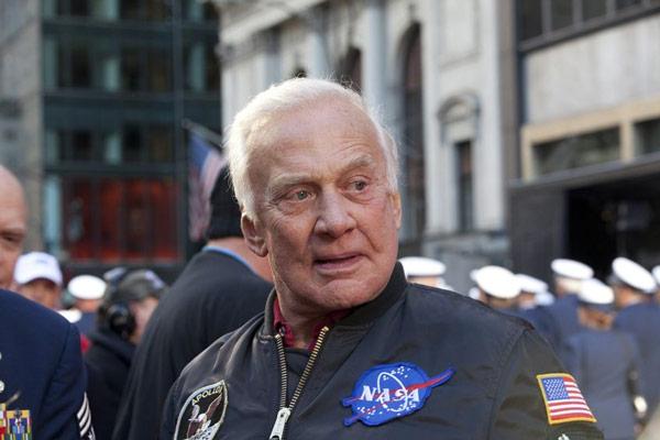 باز آلدرین سرهنگ سابق نیروی هوایی آمریکا است که در سال ۱۹۶۳، به فضانورد ناسا تبدیل شد و بخشی از ماموریت آپولو ۱۱ در سال ۱۹۶۹ بود که اولین سفر فضایی برای ارسال فضانوردان به ماه بود