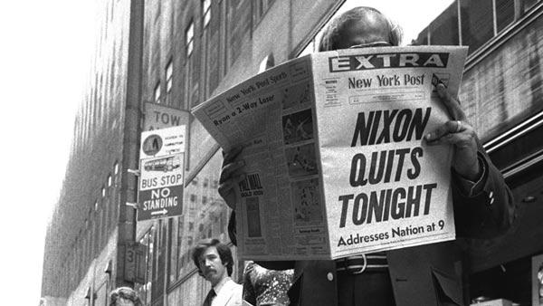 روزنامهای که خبر استعفای نیکسون را منتشر کرده بود. اگر در دههی 1970 در مورد رسوایی واترگیت صحبت میکردید، متهم به نظریهپردازی توطئه میشدید