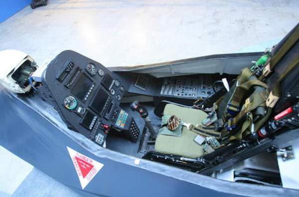 دیوید چنیکوتی در یادداشت خود اشاره کرد که کابین خلبان بسیار ساده و کوچک است و تجهیزات کابین خلبان بسیار ساده و ابتدایی هستند. عکس از خبرگزاری فارس