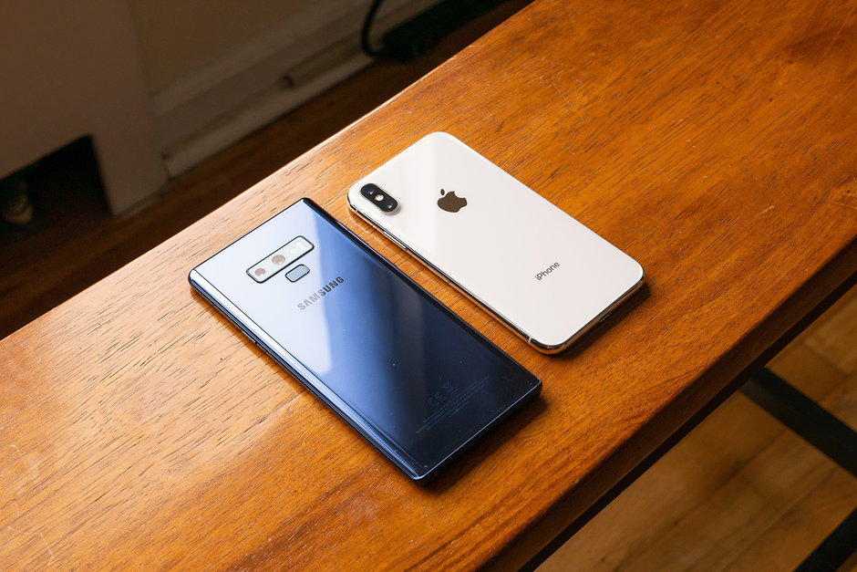 در مقایسه گلکسی نوت 9 با آیفون 10 اپل در زمینه طراحی، باید بدانید که بدنه هر دوی این محصولات مطابق استاندارد رایج این روزهای گوشیهای هوشمند پرچمدار از ترکیب شیشه و فلز ساخته شده است
