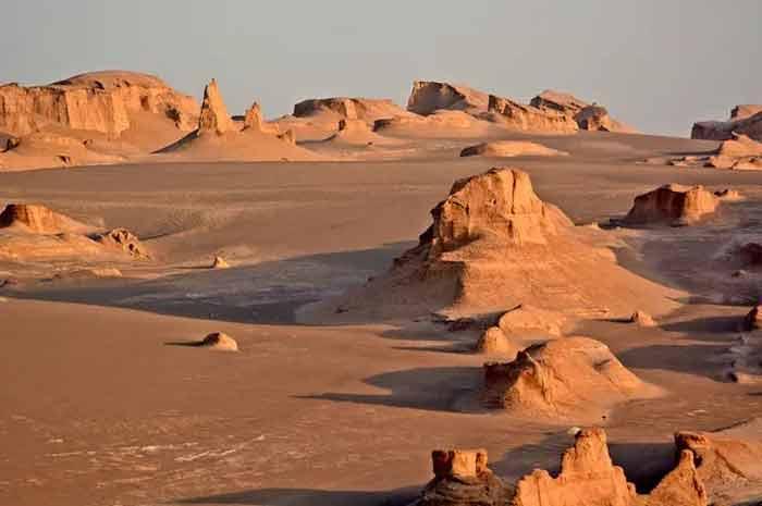 ۴. کوههای میناتوری در دشت لوت، ایران