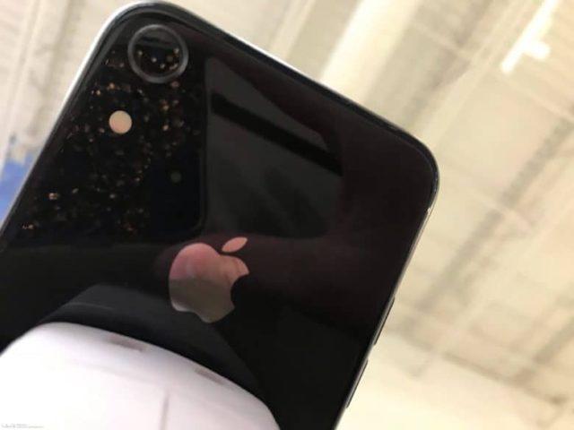 ماژول دوربین در آیفون 6.1 اینچی بزرگتر از نسل فعلی (آیفون 8) به نظر میرسد