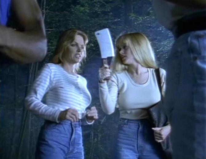 """عکسی از فیلم سینمایی """"خواهران روانی-1998 (Psycho Sisters)""""، مبتلایان به اختلال روانپریشی مشترک را در بیشتر موارد، زن و شوهرها، خواهرها و برادرها، والدین و کودکان تشکیل میدهند"""
