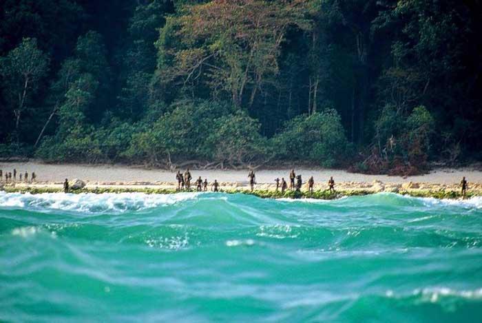 سنتینلیها آماده حمله به هر کسی که به جزیره نزدیک شود هستند