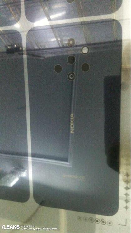 تصویر منتشر شده از این گوشی که آن را به نوکیا منتسب میدانند، علاوه بر این دارای یک فلاش LED نیز بوده و 5 سنسور دوربین اصلی آن به شکلی نامنظم در پنل پشتی جای گرفتهاند