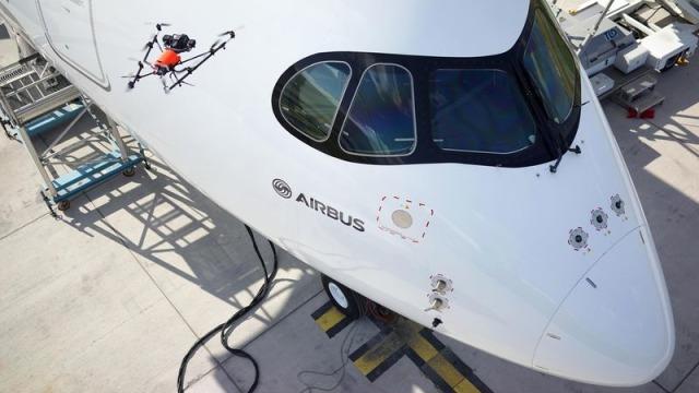 استفاده از پهپادها در صنعت هوانوردی {hendevaneh.com}{سایتهندوانه} - 800x600 1468400883 A350 XWB quality inspection by drone - کاربردهای پهپاد در زندگی امروزی ؛ استفاده از پهپادها در صنایع مختلف