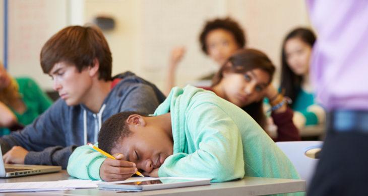 عدم تمرکز در مدرسه {hendevaneh.com}{سایتهندوانه} - ClassroomBoredom 730x390 - چگونه درس بخوانیم ؛ روش مطالعه صحیح دروس از دید علم