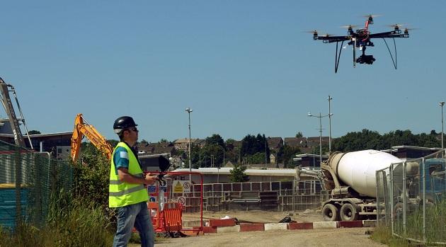 یکی از مهمترین کاربردهای پهپاد را میتوان در مدیریت پروژه های بزرگ صنعتی جستجو کرد {hendevaneh.com}{سایتهندوانه} - Drones - کاربردهای پهپاد در زندگی امروزی ؛ استفاده از پهپادها در صنایع مختلف