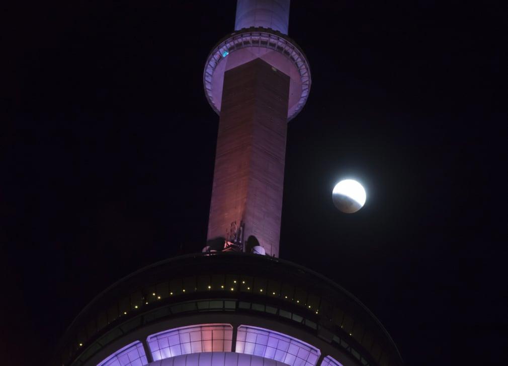 ماه گرفتگی خونین اول بهمن از برج CN در تورنتو