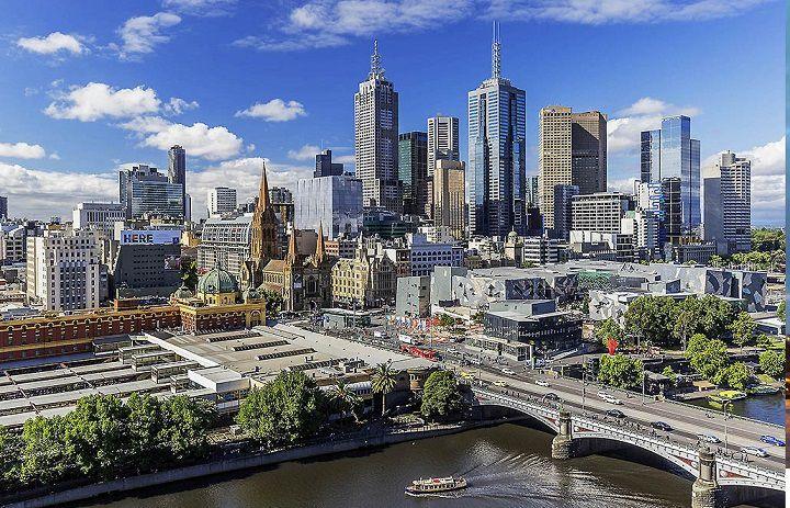 بهترین شهر استرالیا برای عاشقان گالری، موزه، تئاتر و سینما، ملبورن است. بسیار درباره این شهر زیبا و جذاب و پر امکانات شنیدهایم و از آن به عنوان پایتخت فرهنگی استرالیا یاد میکنند.