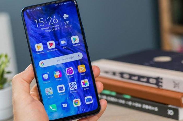 آنر ۹ ایکس (Honor 9X) آنر ۹ ایکس توانست بعضی از المانهای گوشیهای پرچمدار را تقلید کند. اما این ویژگیها با قیمتی مقرونبهصرفه عرضه میشوند. عجیب است که این گوشی با ابعاد مناسب، نمایشگر بدون ناچ، دوربین پاپ آپ و طراحی ظاهری زیبا تنها با قیمت ۲۵۰ یورو (نزدیک به ۳.۷۲۵.۰۰۰ تومان) فروخته میشود. البته عملکرد دوربین سه گانهی این موبایل با چیزی که در مشخصات آن گفته شده، مطابقت ندارد. اما میتواند با بعضی از بهترین گوشی های هوشمند میان رده 2020 رقابت کند. ویژگی های آنر ۹ ایکس: نمایشگر ۶.۵۹ اینچی IPS LCD، رزولوشن ۱۰۸۰ در ۲۳۴۰،نسبت نمایشگر به بدنه ۸۴ درصدی، تراکم پیکسل 391 ppi سیستم عامل اندروید ۹.۰ و رابط کاربری EMUI 9.1 پردازنده هشت هستهای کایرین ۷۱۰ اف،پردازنده گرافیکی Mali-G51 MP4 حافظه داخلی ۶۴ گیگابایتی با رم ۴ گیگابایتی و حافظه ۱۲۸ گیگابایتی با رم ۴ و ۶ گیگابایتی، قابلیت پشتیبانی از میکرو اس دی کارت تنظیمات دوربین سه گانه با لنز ۴۸، ۸ و ۲ مگاپیکسل،دوربین سلفی پاپ آپ ۱۶ مگاپیکسل مجهز به سنسور اثر انگشت، شتاب سنج،ژیرو، مجاورت باتری ۴۰۰ میلی آمپر ساعت