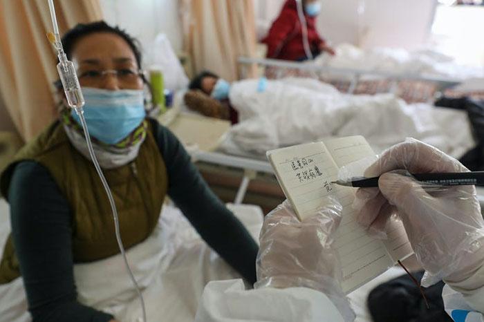 کرونا ویروس جدید علائمی شبیه به آنفولانزا دارد؛ تب، سرفه و تنگی نفس.