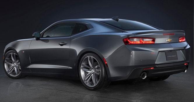 بدون شک شورولت کامارو (Chevrolet Camaro) یکی از محبوبترین خودروهای اسپرت تاریخ صنعت اتومبیلسازی جهان است. در این نوشته پس از آشنایی با نسلهای مختلف، به معرفی و بررسی تیپ ها، امکانات و مرور قیمت و مشخصات فنی شورولت کامارو 2020 خواهیم پرداخت که مانند گذشته در مدل های کوپه و کانورتیبل همراه با پکیجهای SS و ZL1 عرضه می گردد. خودروهای آمریکایی سالهاست که با تکیه بر تواناییهای بسیار بالای دینامیکی، سرعت و شتاب بالا، ظاهر فوق العاده جنگنده و کلاسیک و قیمت بسیار پایین تر نسبت به نمونه های همتوان اروپایی، طرفداران بسیاری در بین علاقمندان صنعت اتومبیل جهان دارند. یکی از محبوب ترین و بهترین این نمونه ها، شورولت کامارو بوده که با بیش از نیم قرن حضور در بازارهای جهانی، در کنار خودروهای عضلانی (Muscle Cars) دیگری مانند موستانگ (Mustang)، کوروت (Corvette)، چارجر (Charger) و چلنجر (Challenger)، به کانون توجه دوستداران سرعت تبدیل شده اند. آگهی فروش کادیلاک ایران کادیلاک سویل مشهور به کادیلاک ایران نسل دوم این خودرو در سالهای نه چندان دور با مدل های Z28 و SS در بازار ایران نیز حضور داشت و در کنار پونتیاک فایربرد، جیپ واگونیر (یا جیپ آهو)، بیوک اسکای لارک نسل دوم یا بیوک ایران، شورولت نوا نسل چهارم کادیلاک سویل یا کادیلاک ایران که در شرکت پارس خودروی فعلی، همزمان با بازارهای جهان تولید می شد، موسیقی متن سریال خودروهای بهروز و قدرتمند آمریکایی کشور را تشکیل می دادند.نمونه های قدیمی کامارو در حال حاضر در بازار اینران نیز وجود داشته و با برچسب قیمت چند صد میلیون تومانی بین علاقمندان خودروهای کلاسیک آمریکایی معامله می شود. تاریخچه و نسلهای مختلف شورولت کامارو نام کامارو برگرفته از کلمه فرانسوی Camarade با معنای دوست یا رفیق بوده و اولین بار در اواسط دهه 1960 میلادی توسط شرکت شورولت و برای رقابت با فورد موستانگ طراحی شد. این خودرو در سال 1967 میلادی راهی بازار شد و تاکنون 5 نسل را پشت سر گذاشته است. این خودروی اسپرت تا نسل چهارم در کلاس بدنه اسپرت سایز کوچک یا Pony Cars قرار داشته و از سال 2010 و نسل پنجم با افزایش ابعاد و طراحی مدرن و متفاوت، رسما وارد کلاس بدنه سایز متوسط گردید. کامارو در فرهنگ عامه نیز حضوری فعال داشته که به عنوان نمونه می توان به شخصیت بامبلبی (BumbleBee) در سری فیلم ه